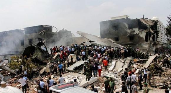 Se estrella avión militar en Indonesia; al menos 49 muertos