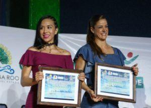 Brenda Sosa y Rosa María Aragón, posan tras recibir sus reconocimientos.